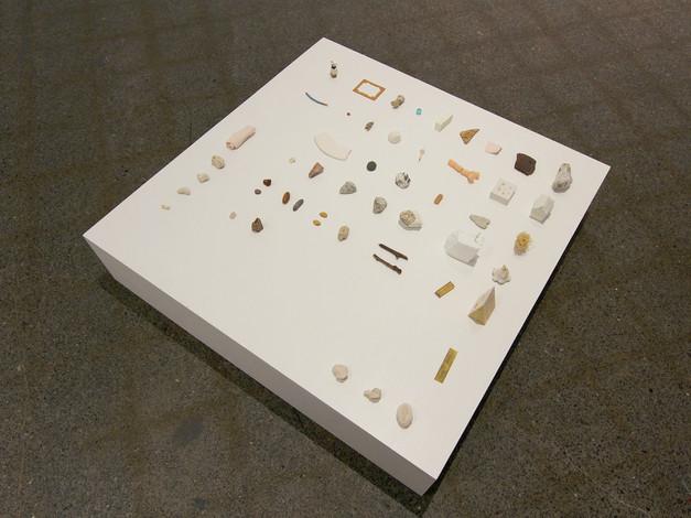 Les fragments (objets trouvés et objets fabriqués, socle)  Crédit photo : Gabriel Fortin