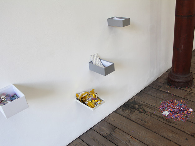 Les confettis (confettis trouvés dans les rues en France et en Suisse, annotations sur les lieux de collectes)  Crédit photo : Magali B. Marchand