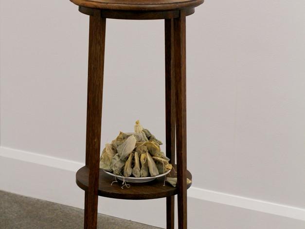 L'heure du thé (poches de thés infusées à chaque jour durant toute la durée de l'exposition, meuble en bois)  Crédit photo : Gabriel Fortin