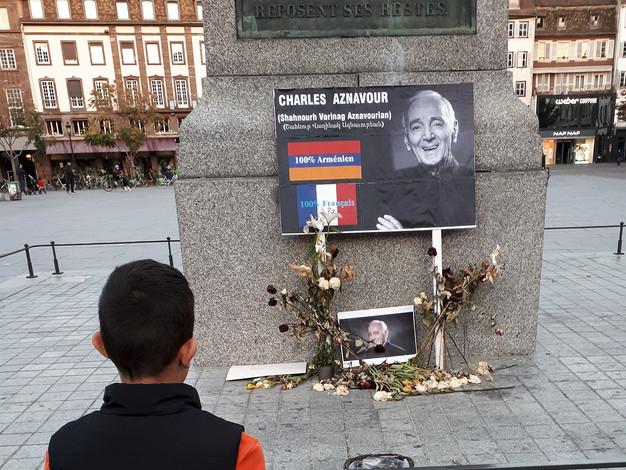 Travail en cours, offrande pour Charles Aznavour sur la Place Kléber, résidence à Strasbourg.  Crédit photo : Magali B. Marchand