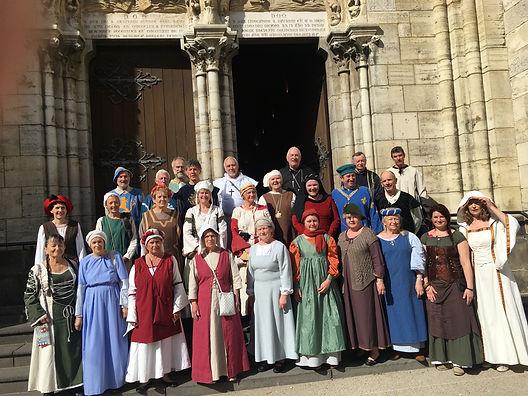 Photo du choeur Au Joly Bois sur la parvis de l'églis St Saturnin de Cusset après un des concerts des Flamboyantes 2019