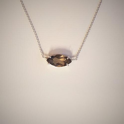 Gargantilha com pingente fixo de quartzo fumê