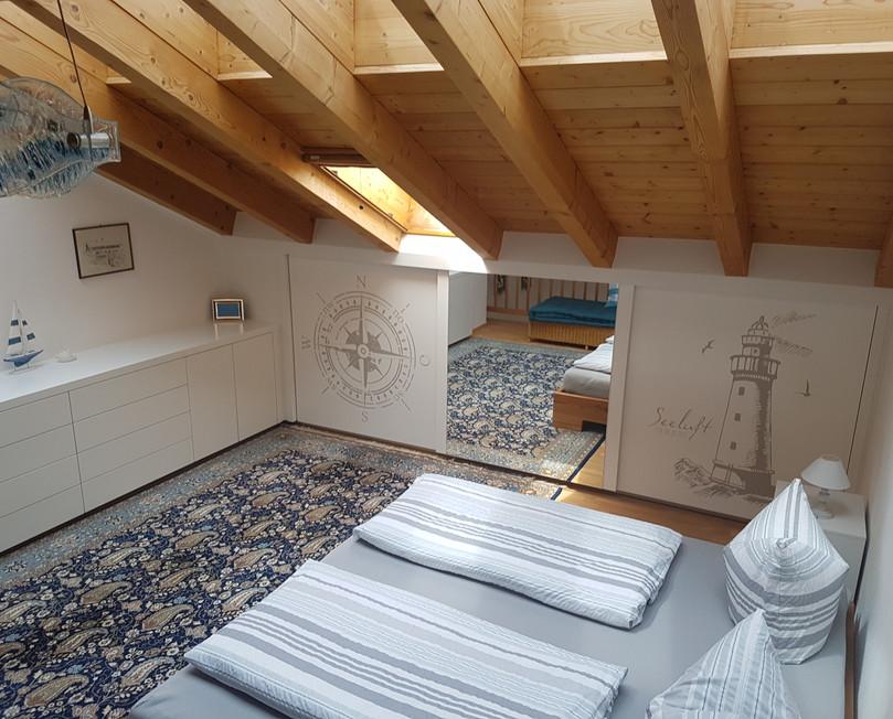 Schlafzimmer mit Tageslichtfenster im Dach.jpg