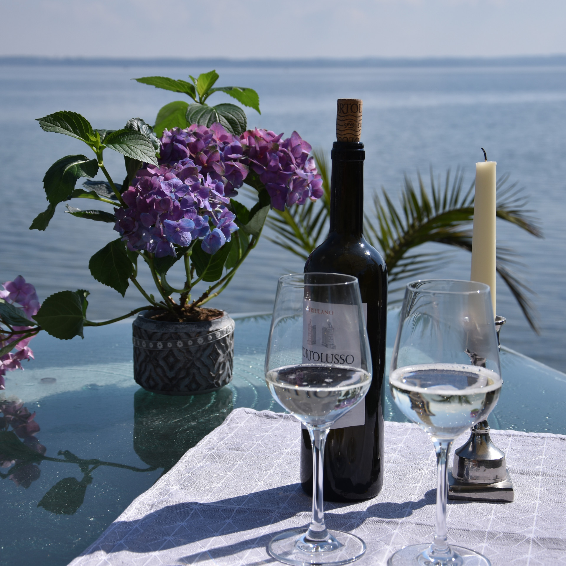 Wein genießen direkt am See.