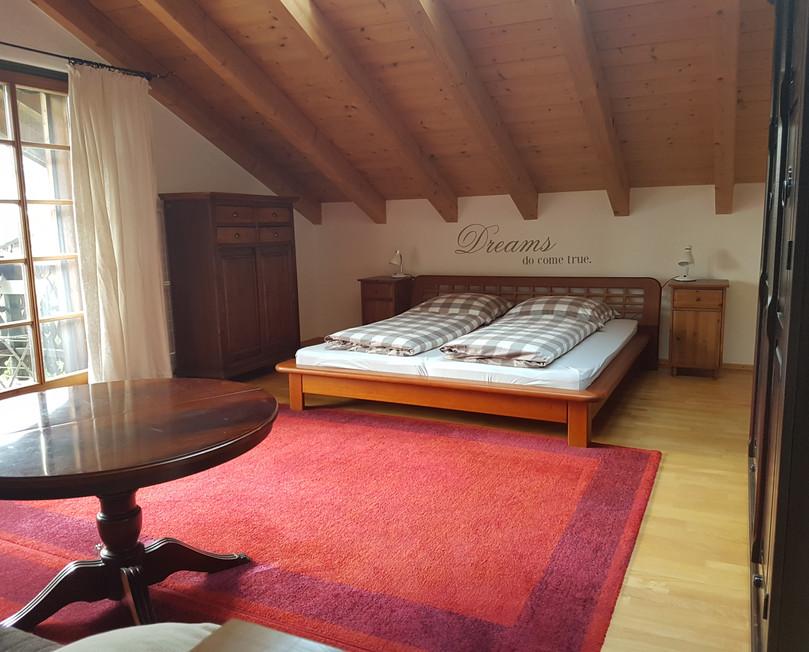 Schlafzimmer im oberen Bereich.jpg