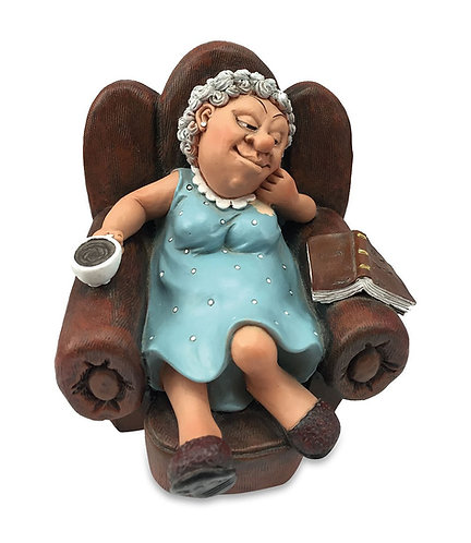 Pensionata statuetta in resina dipinta a mano