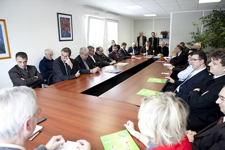 table_ronde_avec_la_préfecture_et_les_ets_signataires.jpg