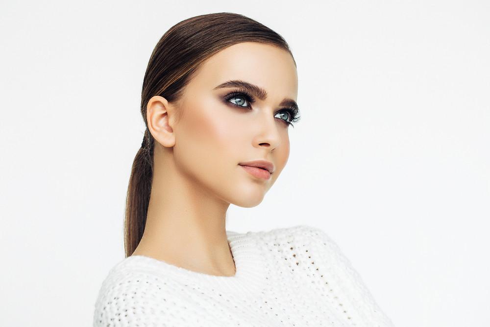 איפור ערב מקצועי מאופיין בשני סגנונות בולטים: 1. הדגשת עיניים דומיננטית, בדרך כלל על ידי איפור עיניים מעושנות ושפתיים נקיות.  2. איפור עיניים בגוונים טבעיים עם תוספת של ריסים ושפתיים בצבע בולט.