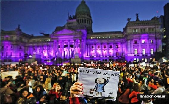 Bir grup protestocu Arjantin Ulusal Kongre Binası önünde bazılarının elinde dövizler var.