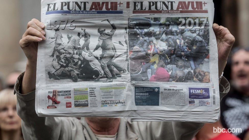 Bir gösterici gazeteyi açarak havaya kaldırmış üzerindeki haberde1976 ve 2017 yıllarından birbirine çok benzeyen iki görüntü var. polis göstericileri jopluyor.