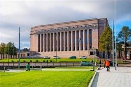 Bina sert bir görünüme sahip ön cephede bolca sütun var rengi açık kahverengi gibi.