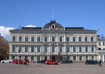 Üç katlı, meydana bakan cephesi bol pencereli, simetrik  bir bina