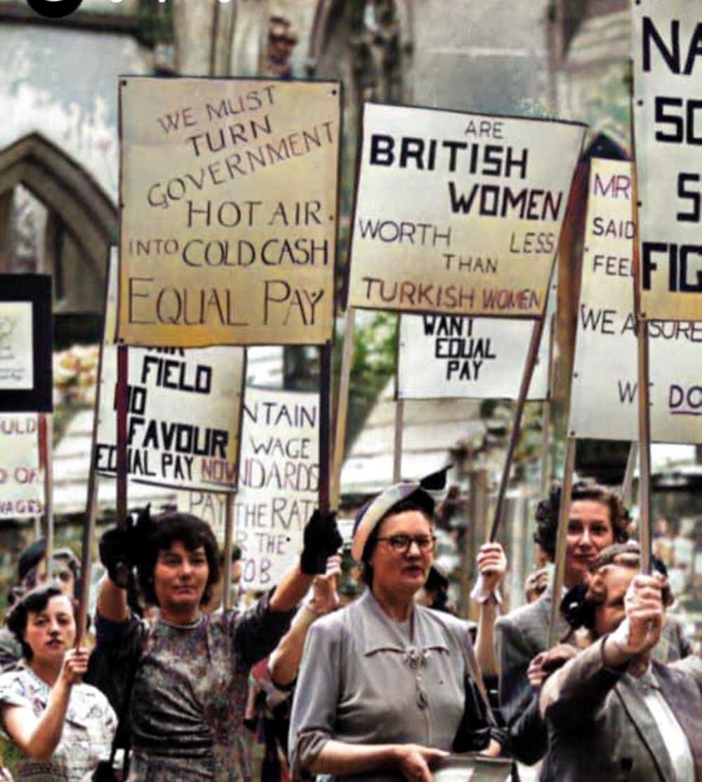 """bir grup kadın, ellerinde ingilizce sloganlar olan dövizler. Birinde """"Britanyalı kadınlar,Türk kadınlarından daha mı değersiz"""" yazıyor."""