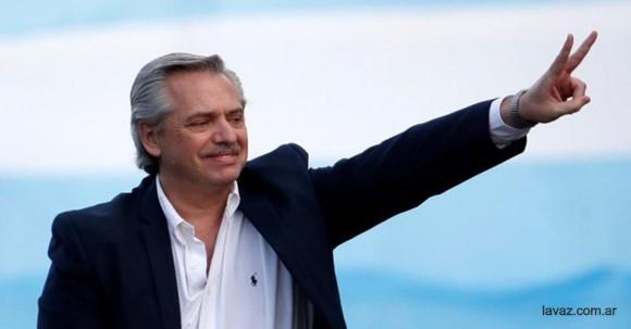Alberto Ángel Fernández barış işareti yapıyor