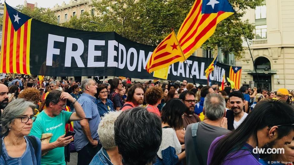 """katolonya bayrakları tutan göstericiler, büyük bir dövizde """"freedom catolonia"""" yazıyor"""