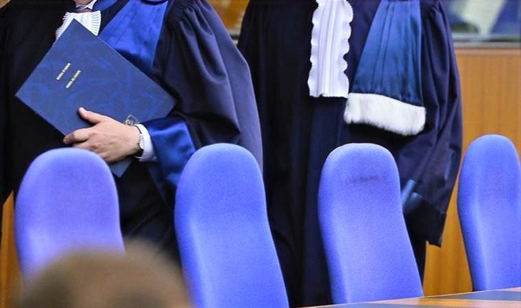 iki aihm yargıcı boyunlarından yukarısı alınmayacak şekilde fotoğraflanmış.