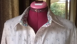 Shirt with floral neckband
