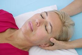Craniosacral-Therapie, die sante Berührung am Kopf hift dem Nervensystem sich zu entspannen