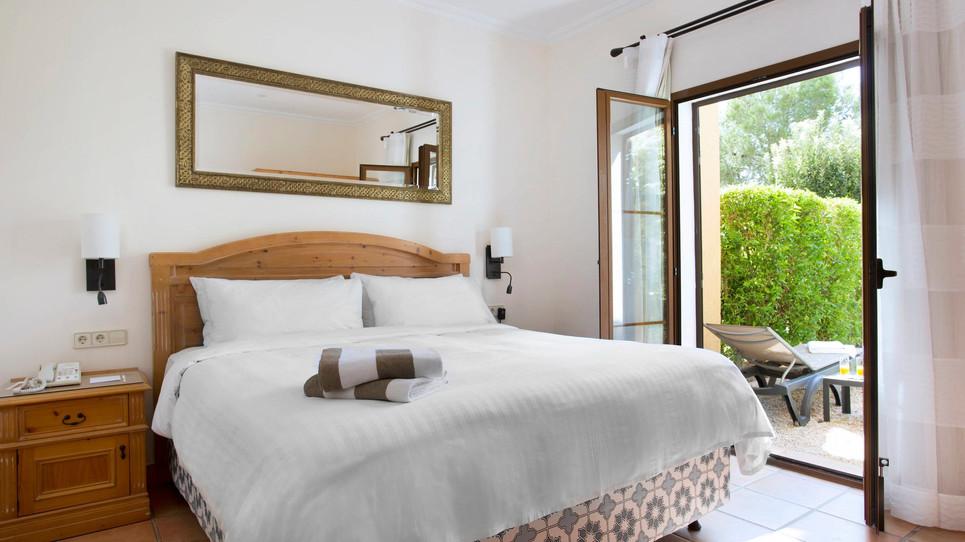 Double bedroom with patio doors