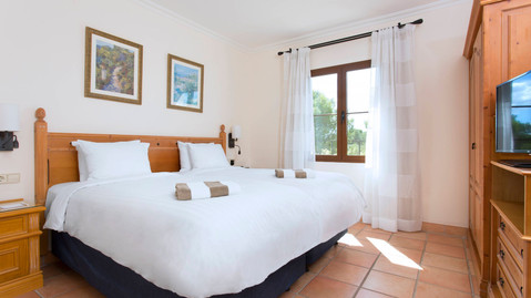Traditionlly furnished double bedroom