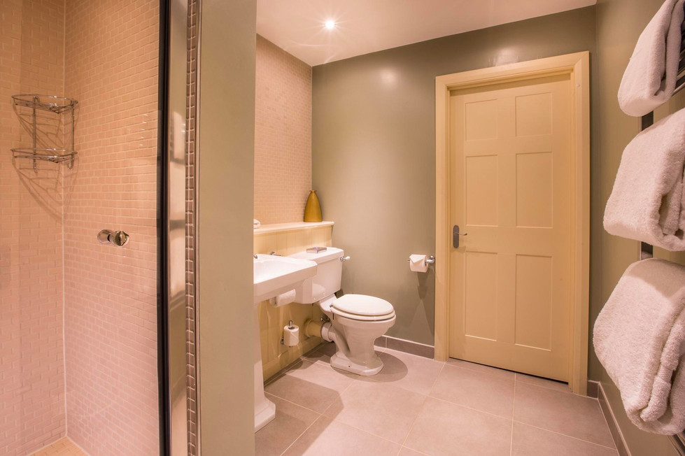 Cameron House Lodge well equipped bathroom