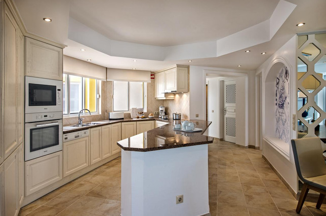 Classic kitchen with dining area