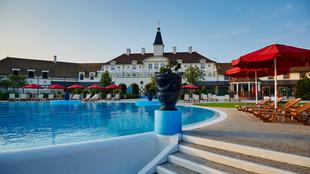 Pool and sun terrace Marriotts Village d'ile-de-France