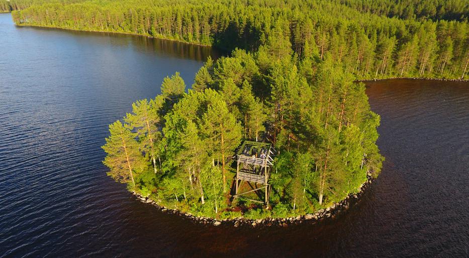 Вид на вышку с озера
