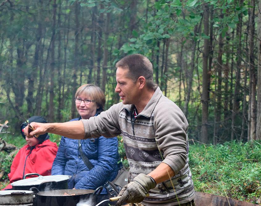 Вячеслав Гущин-сотрудник национального парка угощает гостей