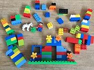 Jeu de construction à base de briques colorées en plastiques