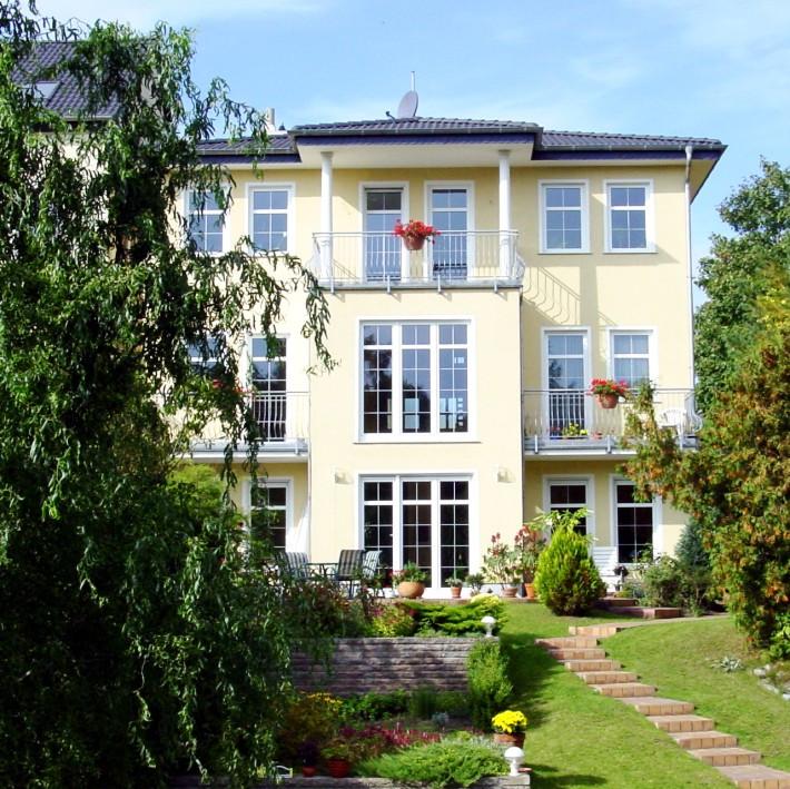 Villa in Hanglage