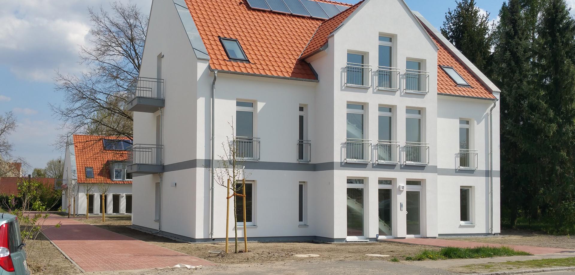 Straßenblick auf beide Gebäude