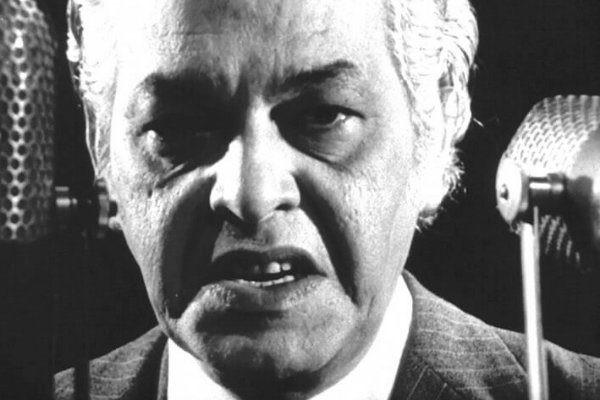 homem irritado em preto e branco
