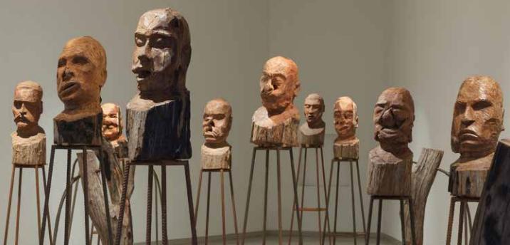 Esculturas de madeira sobre suportes de metal Foto: Axel Schneider
