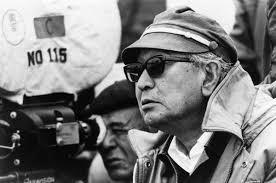 O diretor Akira Kurosawa dirigindo um filme. imagem em preto e branco