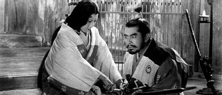 Cena do filme Trono Manchado de Sangue. A atriz Yamada e o Ator Mifune, juntos.