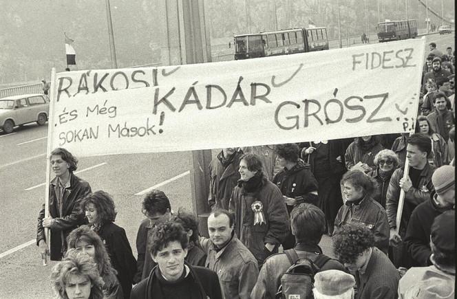 A FIDESZ csoportja útban a Március 15-e tér felé. Az előtérben a kamerába néz Röhrig Géza.