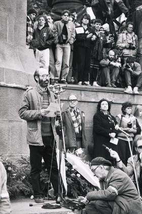 Kis János felolvassa beszédét a Kossuth téren, a Kossuth szobor talapzatán.