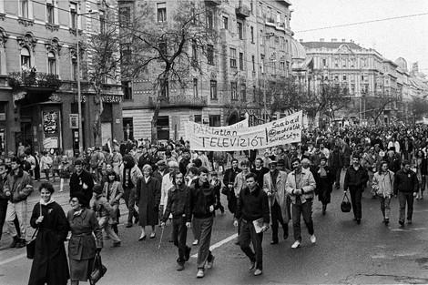 Vonulók a Lenin körúton, a mai Szent István körúton, útban a Margit-híd felé.