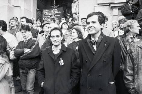 A Kossuth téren a Néprajzi Múzeum lépcsőjén Haraszti Miklós és Mark Palmer, amerikai nagykövet.