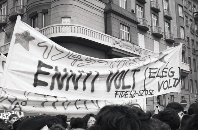 Fideszes transzparens a Március 15-e téren.