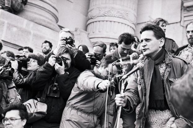 Szilágyi Sándor megkéri a felvonulókat, hogy hallgassák meg Cserhalmi György színészt, aki felolvassa a 31 ellenzéki szervezet által írt 12 Pontot.