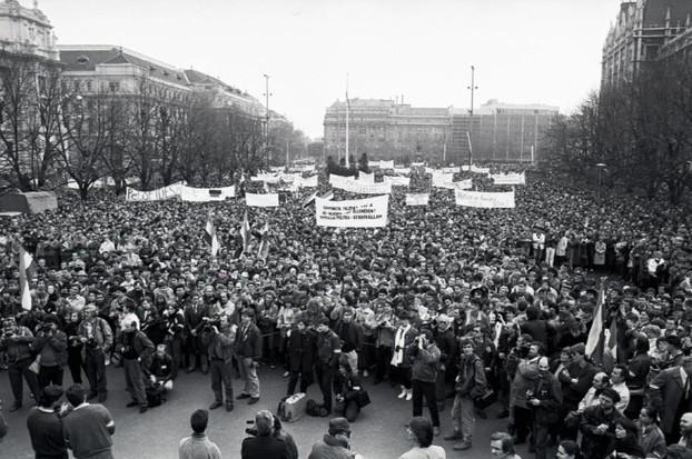 Tömeg a Kossuth téren