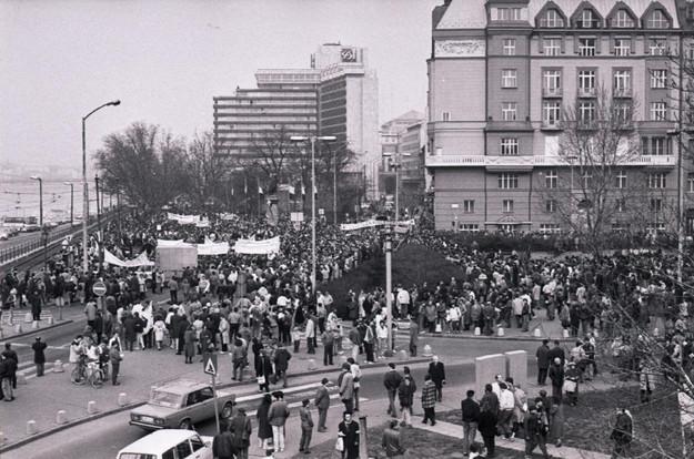Gyülekezés a Március 15-e téren.