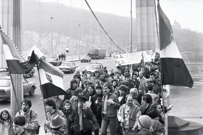 A FIDESZ csoportja az Erzsébet hídon, útban a Március 15-e tér felé.