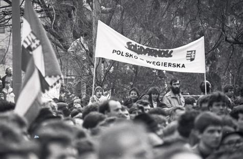Felvonulók a Szabadság téren a Magyar Televízió székháza előtt szimbolikusan elfoglalják azt.