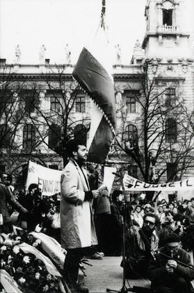 Orbán Viktor felolvassa beszédét a Kossuth téren, a Kossuth szobor talapzatán.