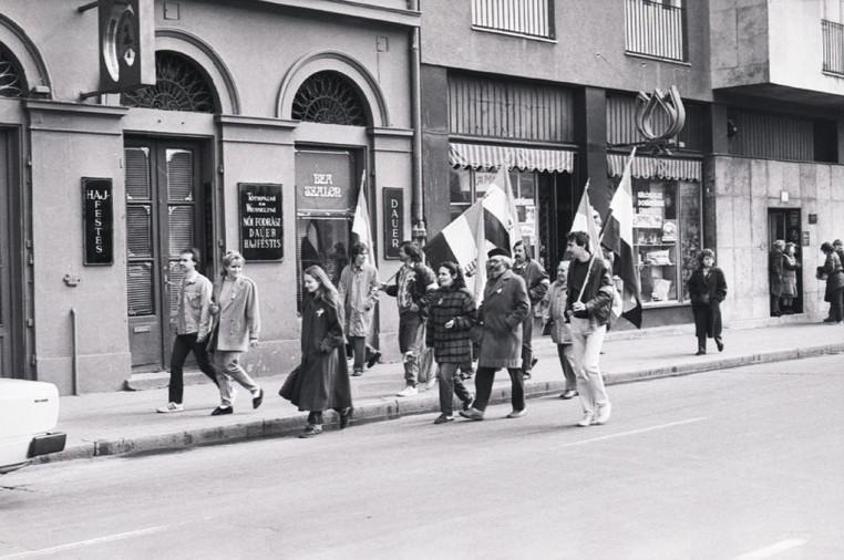 Felvonulók csoportja az Apáczai Csere János  utcában a Szabadság térre tart.