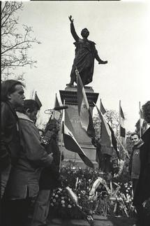 Március 15-e tér, Petőfi-szobor, a megemlékezés kezdetekor.