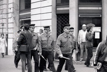 Gellért tér, Dr. Balogh János rendész százados megindítja az oszlatást